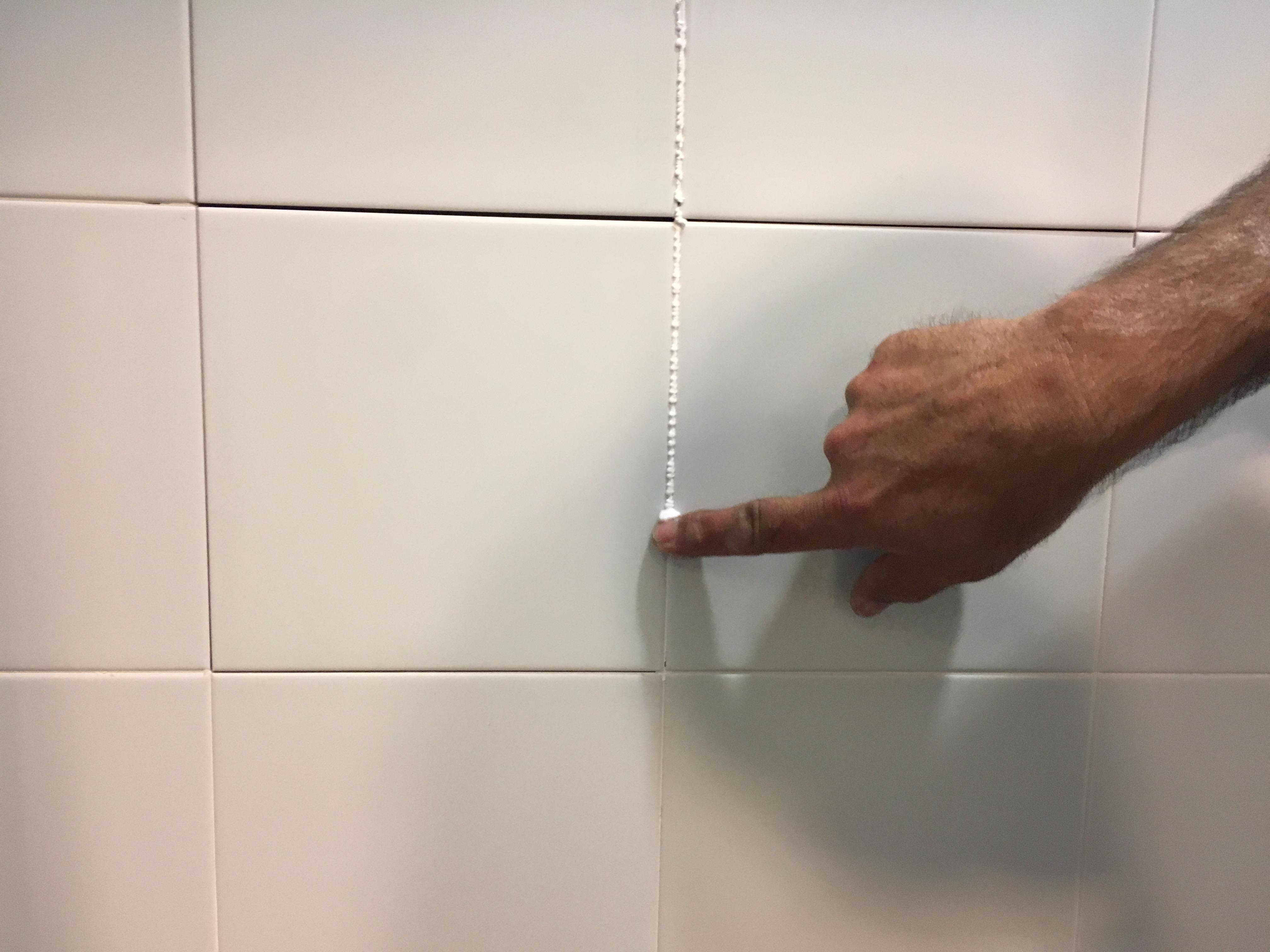 C mo arreglar las baldosas del ba o ceys for Como arreglar la regadera del bano