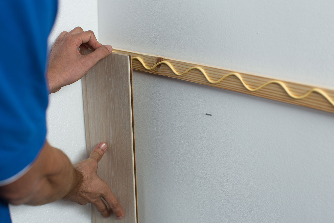 C mo colocar un friso de madera para decorar la pared ceys - Colocar friso en pared sin rastreles ...