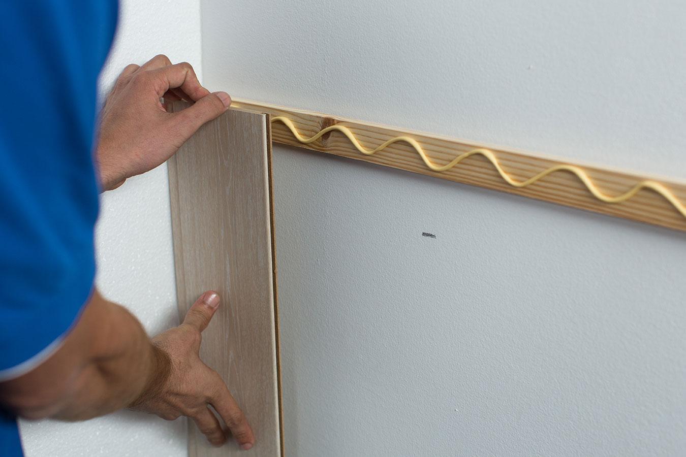 C mo colocar un friso de madera para decorar la pared ceys for Friso madera pared