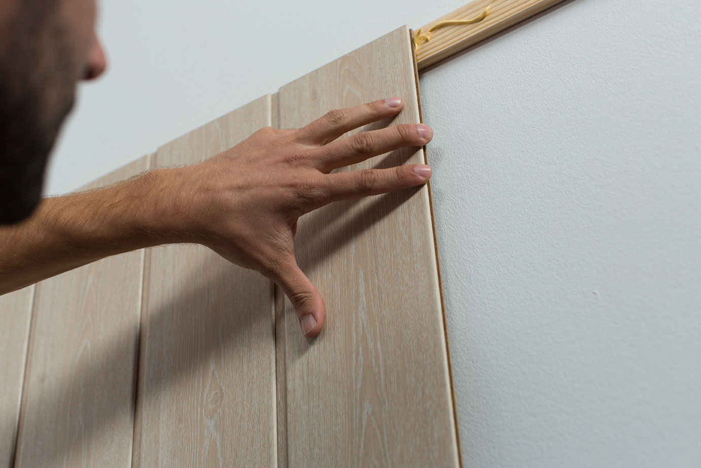 C mo colocar un friso de madera para decorar la pared ceys for Frisos para pared