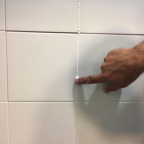 C mo arreglar las baldosas del ba o ceys for Como limpiar las baldosas del bano